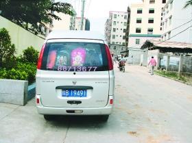 海南三亚一幼儿园8座车塞进26个小朋友