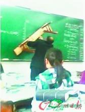 """""""板凳教师""""走红网络 数学老师用板凳画图"""