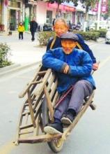 老人推车载96岁父亲步行15公里办身份证