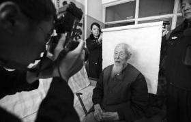 103岁老人办二代身份证 笑称不能落伍