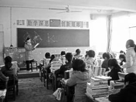 女教师下班时遇车祸骨折 单腿跪凳坚持上课
