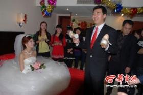 男子混入婚礼疯狂盗窃 被拍进照片露馅