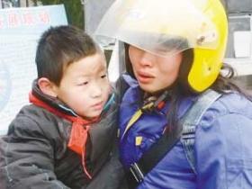 女子骑摩托2000公里回家看儿子 扮男人跑6昼夜