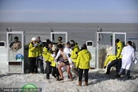 男子裸身在冰堆中坚持1小时创纪录