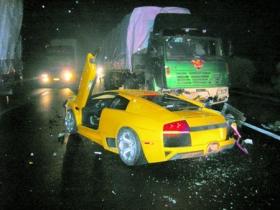 半挂车一把方向 价值700万兰博基尼被废掉