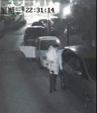 除夕夜男子抱着孩子去划车 监控拍下全程