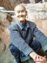 80岁老人山洞居住40年 生活仿佛世外桃源