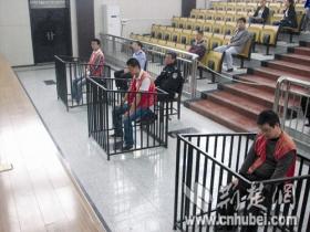 """加油站突发血案 亲友抬着19岁""""轮椅男""""自首"""