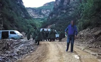 5月15日,平谷黑水湾村,通往发生事故金矿的必经之路停放了车辆,多名男子站在路上,阻止车辆和人员通过。