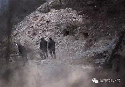 平谷金海湖镇将军关村金山,私采金矿的工人推着独轮车从矿洞中走出。