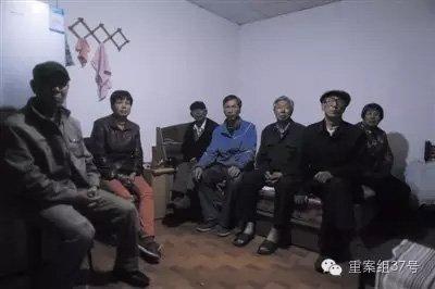 5月15日,平谷将军关村,岳友国和同村的数名上访村民一起。