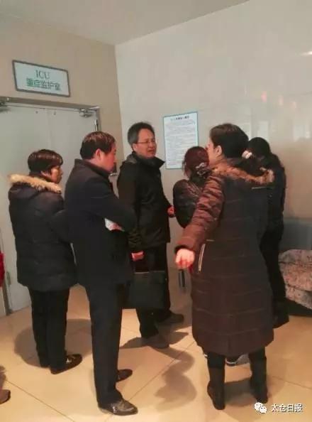 12月19日晚上6点多,苏州太仓长征医院附近(<a href=http://sh.110.com>上海</a>西路与武陵街交叉口出)发生了一起车祸,一名路人被汽车撞飞,随后,车主逃逸,伤者伤情非常严重。据悉,开车撞人逃逸的司机已经被警方抓获,而他还只是个11岁的小学生。