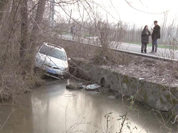 2月24日下午5时,在南京六合区程桥街道一条村道上发生惊险一幕,一轿车司机为了避让公交车头突然蹿出来的一名幼童,紧急猛打方向避让,结果轿车失控后冲下一旁的路边水沟。坐在副驾驶位子上一名孕妇,被开车的丈夫从轿车天窗上救出,幸运的是她安然无恙。
