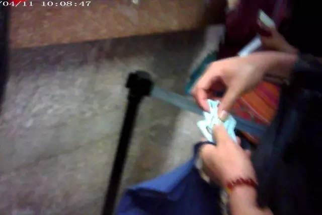 涉嫌医保卡套现男子,手里有多张卡,均是别人要求套现的。