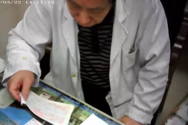 深圳市人民医院脊柱外科医生陈启明正在看小林写好的处方药名。