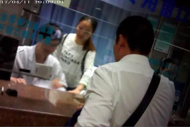 涉嫌医保卡套现的男子一次用别人的社保卡挂号取药。