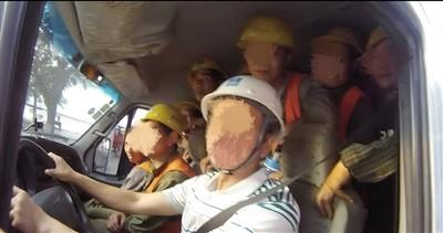 核载6人小客车竟塞进40个成人 民警数到舌头打结