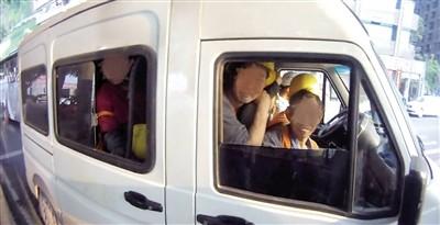 核载6人小客车竟塞了40人。 本报记者 雷键 通讯员 马良 摄