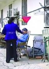 视频曝光敬老院护工殴打老人 院方称系擦脸