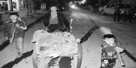 4岁男孩随母晚上扫街 全家一天吃喝不足10元