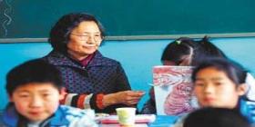 奶奶陪癫痫孙女同桌上学4年不断