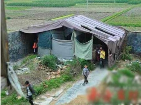 广东小学厕所被拆3年 200师生塑料棚内如厕
