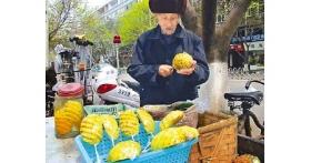 92岁老人街边卖菠萝攒钱防老 不愿拖累女儿