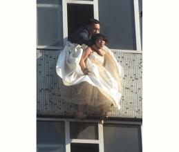 女子穿婚纱跳楼被当空搂住脖子获救