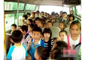 一幼儿园校车严重超载 19座客车塞72名儿童