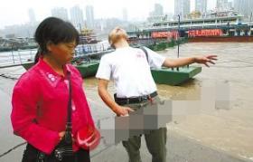 男子江中溺水身亡 救人者原是凶手岸边推其入水