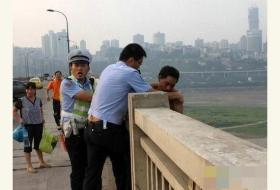 民警营救欲跳桥轻生男子被咬 忍痛不放手