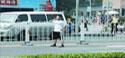 北京男子堵路扬言自杀 特警飞身夺刀救人