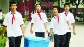 中学要求新生购买5套校服 称为防止穿衣攀比