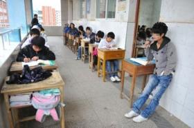 中学安排差生在教室外考试续:副校长等停职