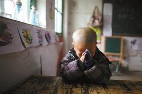 北京打工子弟学校取暖困难 学生戴手套上课