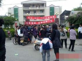 广东一名社区书记掌掴妇女被民众围困3天