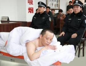 河北男子涉嫌纵火造成3死1伤 躺在病床接受审判