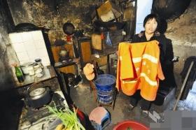 清洁工扫垃圾被人用冷水浇头 住户称再吵泼开水