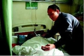 53岁男子酒后拳打脚踹98岁岳父