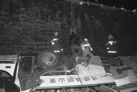 贵州超载客车坠桥16死40伤 事发时当地降大雪