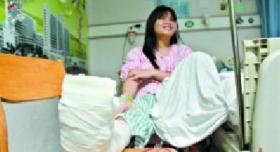 女孩救人遭碾断腿 被认定违反交规应负部分责任