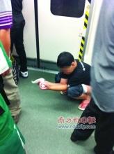 男童在广州地铁车厢里大便 父母未清理即离去