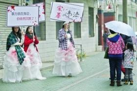 武汉3女子穿带血婚纱缠绷带街头宣传反对家暴