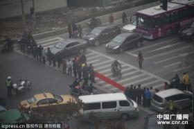 南京40名民工为过年回家堵路讨薪