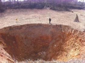 轰隆隆响6天6夜 形成直径20米天坑