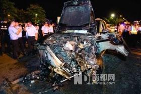 出租车与保时捷相撞司机遭殴打 上百的哥砸豪车