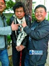 官员截下访民后与其合影:大笑并做V字手势