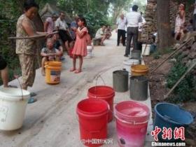 河南大旱:官员乘轿车下乡送水 录像后走人