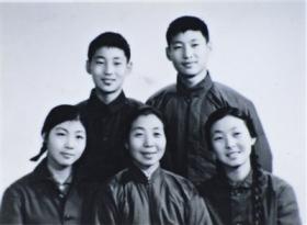 《习仲勋画传》出版 收录习近平随父亲下乡照片