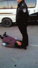 女工讨薪遭警察踩发身死派出所